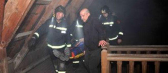 Los bomberos simulan el rescate de uno de los heridos en una de las torres de la fortaleza. /Kamarero