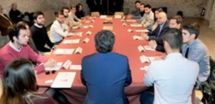 La sala de la capilla del Museo de Arte Contemporáneo albergó la reunión de los 'Segovianos por el mundo' organizada por la Diputación. / kamarero