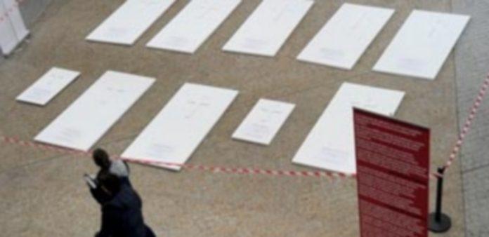 La instalación de lápidas blancas impacta a quienes pasan por la plaza cubierta del campus María Zambrano. /KAMARERO