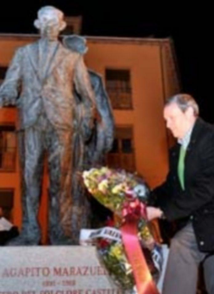 Ofrenda de flores en el homenaje a Agapito Marazuela de 2013. / Kamarero