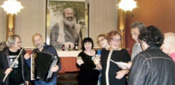 La imagen de Luis Yuguero presidió el acto de presentación del vino. / E. A.