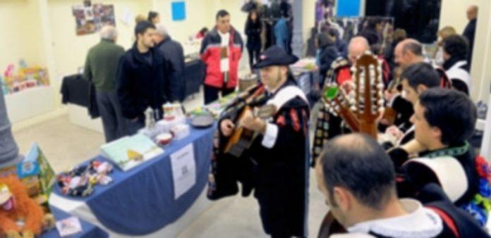 La tuna de Magisterio puso la nota musical a la inauguración del rastrillo solidario de la asociación. / Kamarero