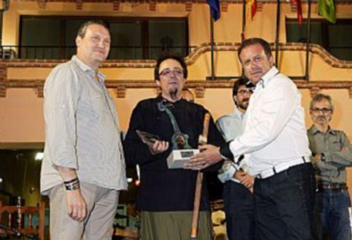 Carrlos Soto recibió el premio de manos del alcalde de Valverde