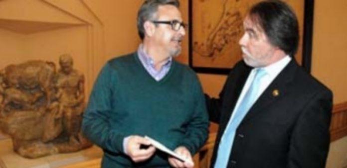 Amando Carabias (i.) presentó su último poemario junto a Santiago López Navia (d.)