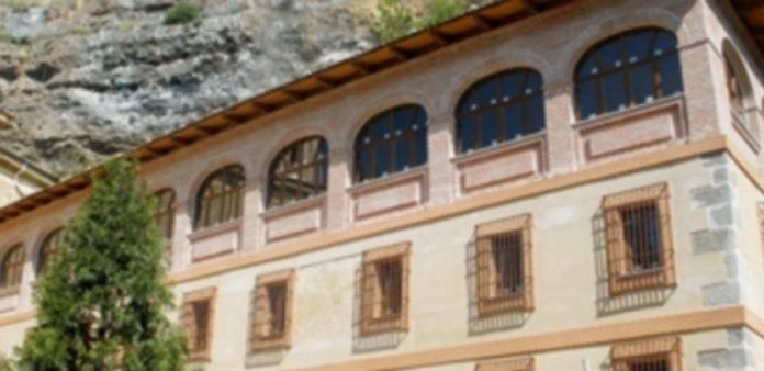 La cubierta y el ático del edificio de la casa rectoral albergarán la intervención prevista. / juan martín