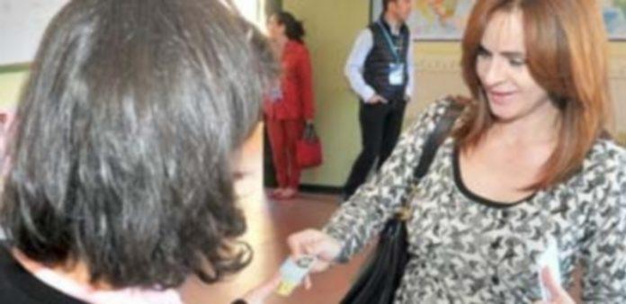 La consejera Silvia Clemente depositó su voto en Segovia. / Kamarero