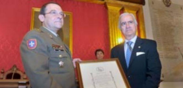 El presidente de la Fundación Carlos III (dcha.) entregó el Diploma al general director de la Academia (izq.) / KAMARERO