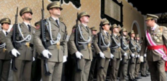 El general Sanz y Calabria pasa revista a una formación de alumnos en un acto militar celebrado recientemente enla sede del centro. / Kamarero