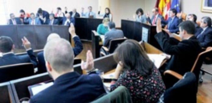 Los diputados votan uno de los puntos del pleno.