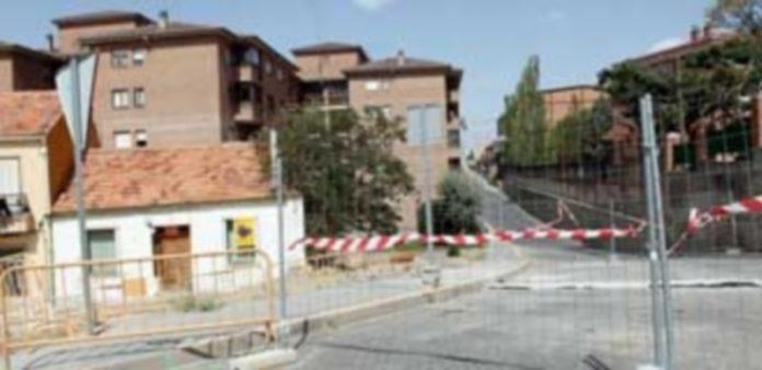 El aparcamiento provisional se encuentra situado en el lateral derecho