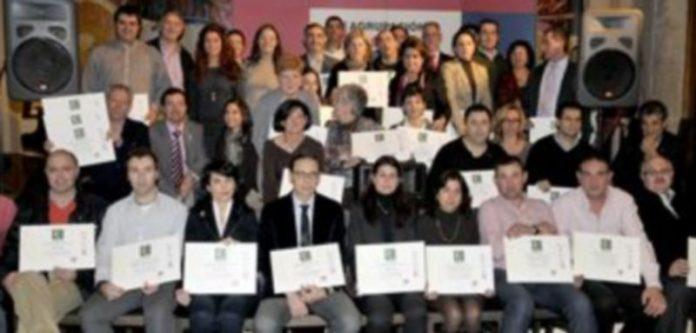 Fotografía de familia de los comerciantes que recibieron un certificado de calidad para sus establecimientos. / A. Benavente