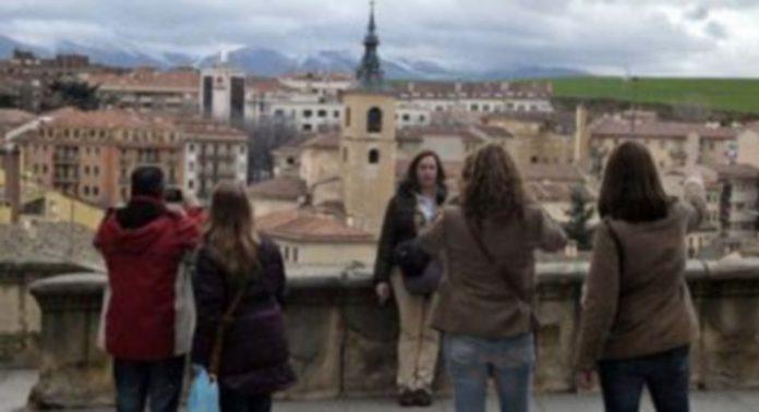 Un grupo de turistas tomando fotografías durante la pasada Semana Santa en el mirador de la Canaleja de la Calle Real de Segovia. / Juan Martín