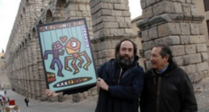 Mikel Urmeneta muestra el cartel de la 30 edición de Titirimundi junto al director del festival