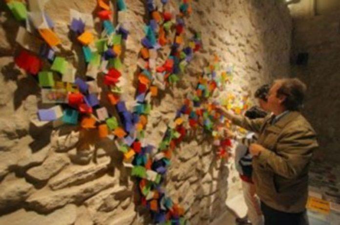 Una imagen del árbol de papel que han creado los visitantes del Museo Esteban Vicente en el auditorio