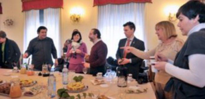 Un momento del desayuno celebrado por la subdelegada con los medios de comunicación de Segovia. / Kamarero