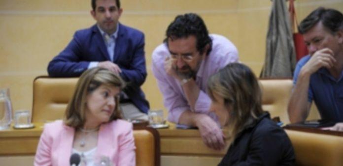 La portavoz del GMP conversa con otros concejales del PP en un pleno. / KAMARERO