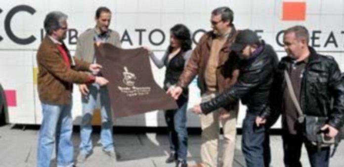 """Los miembros de la Ronda entregan a la organización de """"La Noche de Luna Llena"""" el trozo de paño que integrará la gran alfombra. / Kamarero"""