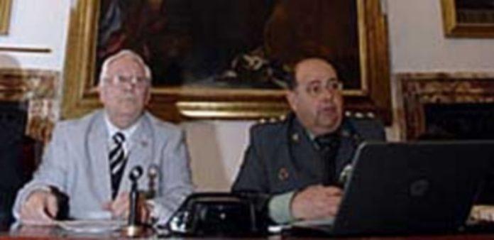 El teniente coronel Fernando Gil Llorente (d.)