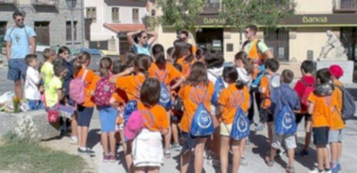 La expedición infantil recorrió calles y plazas buscando pistas y disfrutando ante los tesoros que guarda el barrio. /e. a.