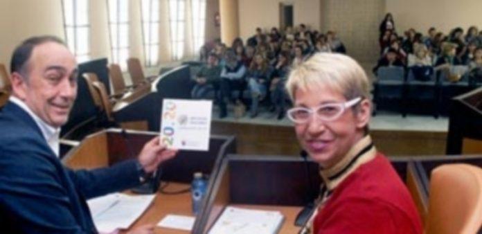 Miguel Angel de Vicente y Mar Martínez muestran un folleto resumen del documento antes del inicio de la reunión./ E.A.
