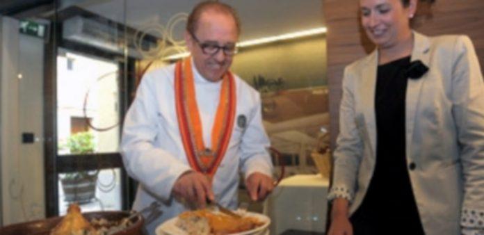José María Ruiz presentó ayer en su restaurante esta nueva pieza. / Kamarero