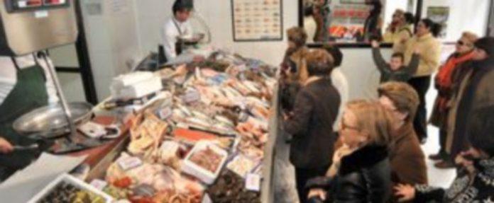Muchas amas de casa hacían ayer la compra para la Nochebuena en las pescaderías segovianas. /KAMARERO