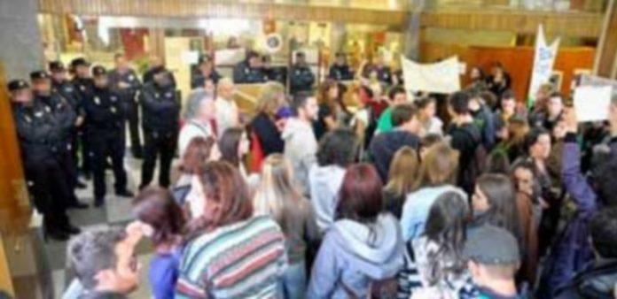 Imagen de la jornada de la huelga general en la que los manifestantes entraron en la sede de Bankia. / A. Benavente
