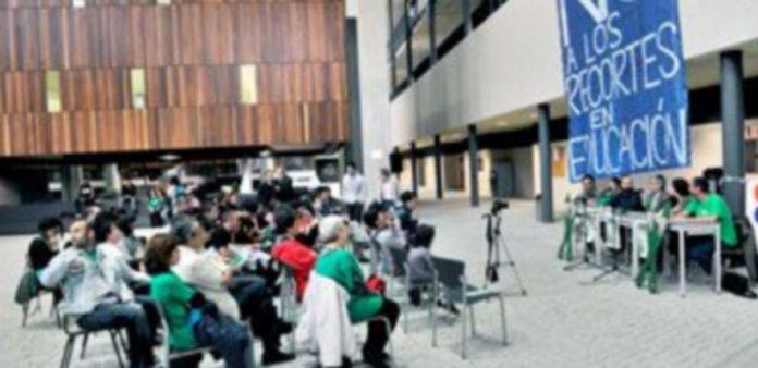 El encierro en el agora comenzó con una asamblea informativa moderada por el vicerrector del campus. / Kamarero