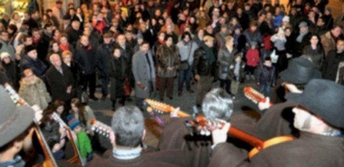 Aspecto de la actuación de la Ronda Segoviana en la plaza Medina del Campo