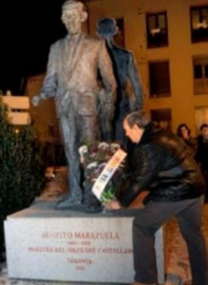 Carmelo Gozalo deposita un ramo de flores a los pies de la estatua del maestro./ K.
