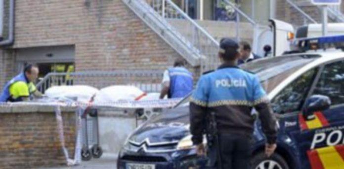 Momento en el que el cadáver es retirado por los servicios funerarios en presencia de la Policía. / Juan Martín