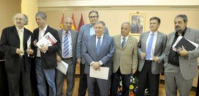 Los miembros del jurado posaron juntos en el salón de plenos de la Diputación tras darse a conocer el fallo de esta vigésimo segunda edición. / Alberto Benavente