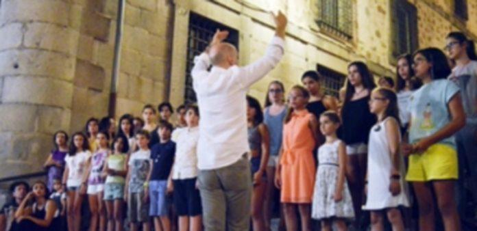 Alumnos del curso de la Coral Ágora durante su muestra en la iglesia de San Martín. / CRISTINA YUSTA