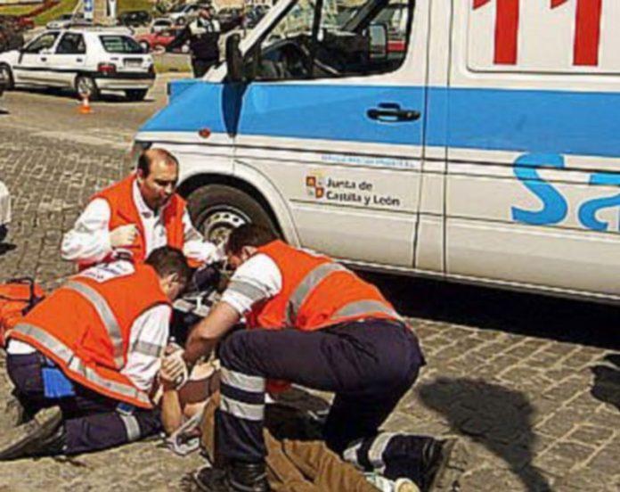Imagen de una actuación de los servicios de emergencia 112 en una vía pública de la ciudad de Segovia./KAMARERO
