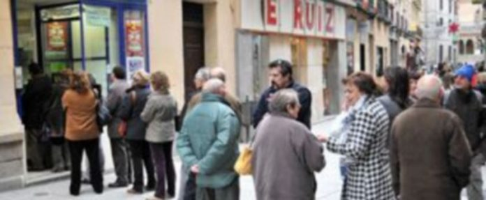 El público guarda cola ante las administraciones de lotería para comprar sus décimos./Kamarero