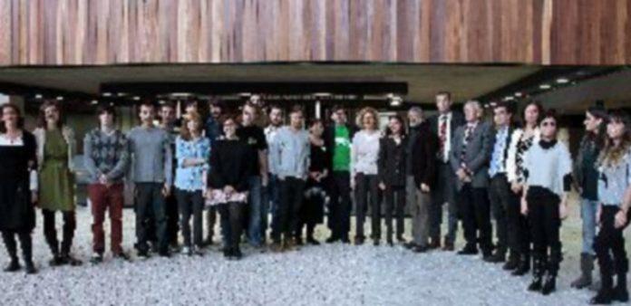Todos los galardonados posaron con los representantes académicos y con las autoridades que asistieron. / María Benítez