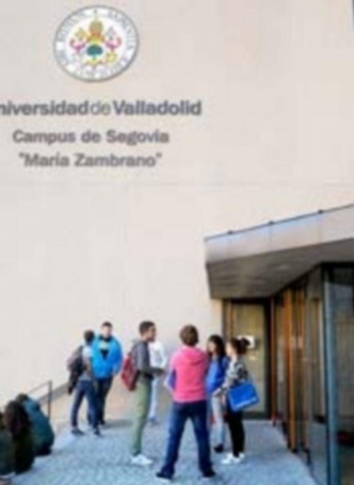 Alumnos en la entrada del campus público