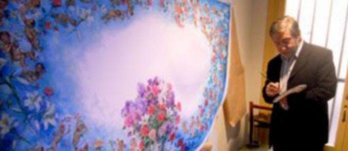 Tablada ultima los detalles del manto con pincel y paleta en mano en el descansillo de su estudio. / M. G.