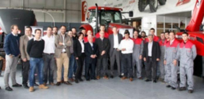 La plantilla al completo de Talleres Lázaro posó junto con los responsables de Case IH en las instalaciones de Valseca. / F. D.