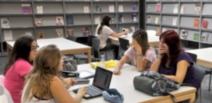 Unas estudiantes trabajan con ordenador en las mesas de la hemeroteca del nuevo campus público. / Kamarero