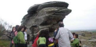 Un grupo de turistas visita el conjunto paleolítico del Cerro de San Isidro