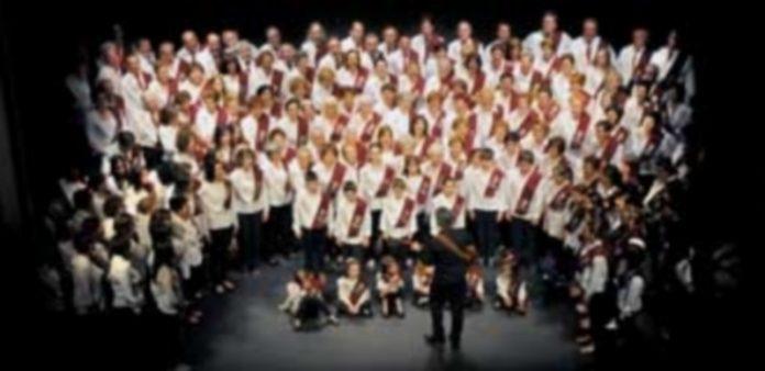 La gran agrupación coral durante su actuación en la gala de clausura del proyecto