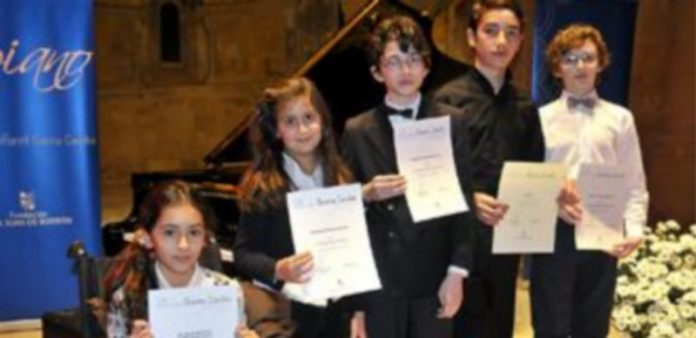 Todos los niños ganadores en las distintas categorías posaron con sus diplomas antes del concierto que ofrecieron en San Juan de los Caballeros. / A. Benavente