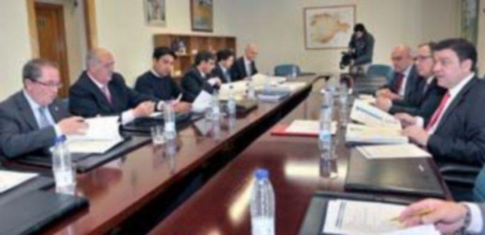 El grupo de trabajo formado para definir las competencias de municipios y distritos de interés comunitario mantuvo ayer en la Delegación de la Junta su encuentro. / K.