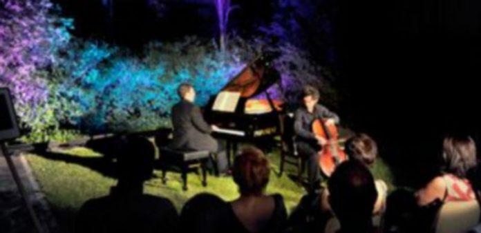 Los artistas Pablo de Naverán y Manuel Tévar durante su actuación en el jardín del museo. / Kamarero