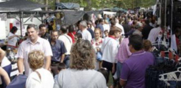 Cada año los puestos de venta ambulante superan los 200 en la Romería de El Henar. / Gabriel Gómez