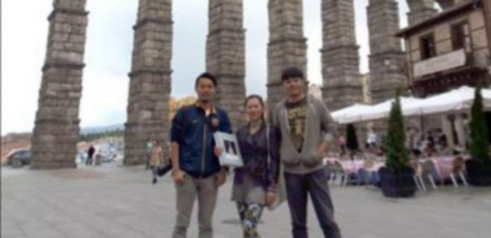 Los tres periodistas invitados posan en el Azoguejo. / E. A.