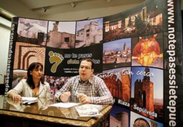 El gerente del colectivo y la concejala de Turismo de la villa durante la presentación de la guía./Gabriel Gómez