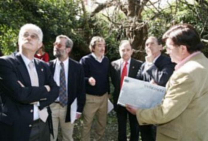El alcalde muestra al director de la Vivienda el proyecto de actuación en el edificio de Las Tenerías./Gabriel Gómez