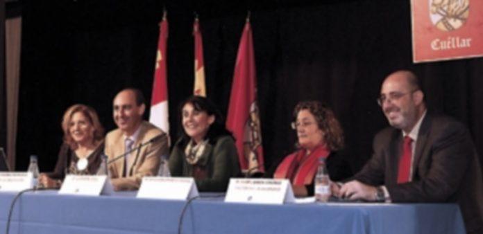 Autoridades durante el acto inaugural del curso 2013-2014 de la Universidad de la Experiencia. / Gabriel Gómez